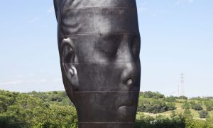 Tung skulptur pa plats pa djurgarden