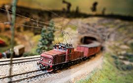 Tåg kommer ut ur tunnel