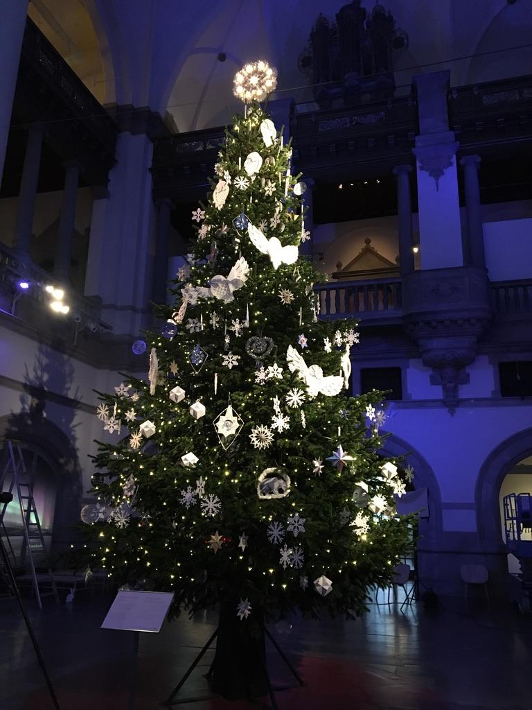 Gigantisk julgran i stora salen på Nordiska museet vackert dekorerad i vitt