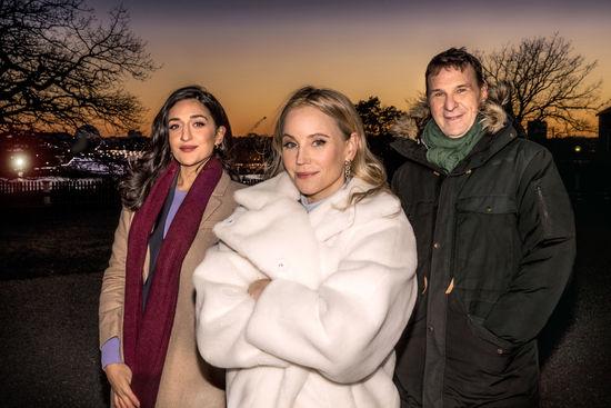 Inför nyårsfirande på Djurgården även 2020 poserar programledarna inför i varma kläder