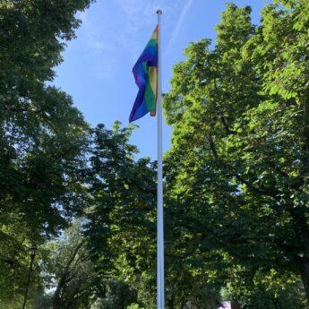 Prideflaggan är hissad på Djurgården